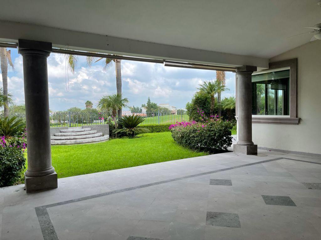 16 de 33: Terraza y jardin