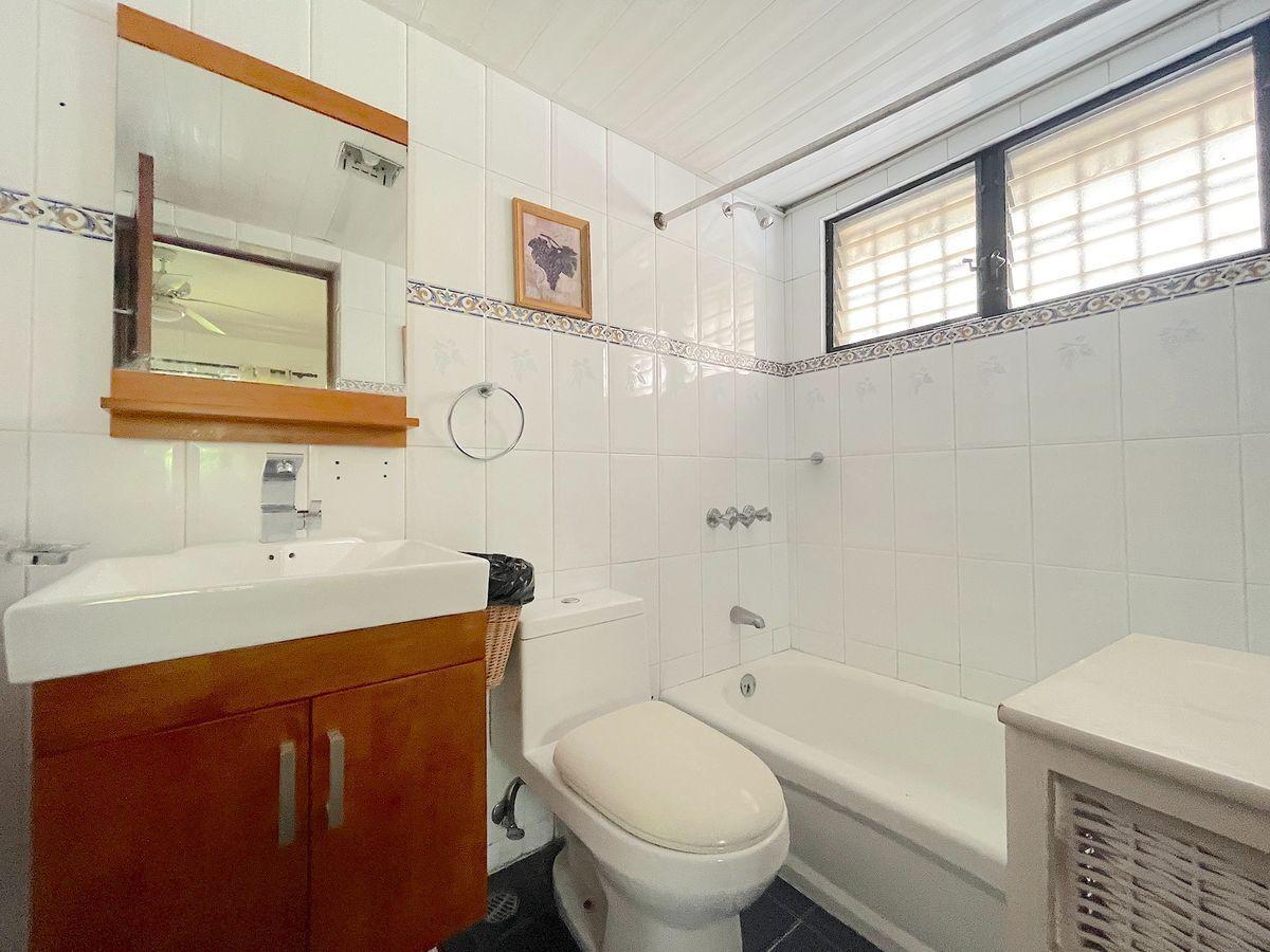 15 de 16: Baño habitación 2