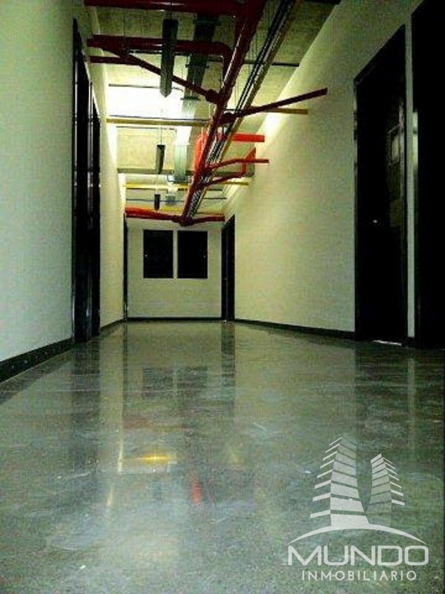 6 de 8: Amplios pasillos en el edificio