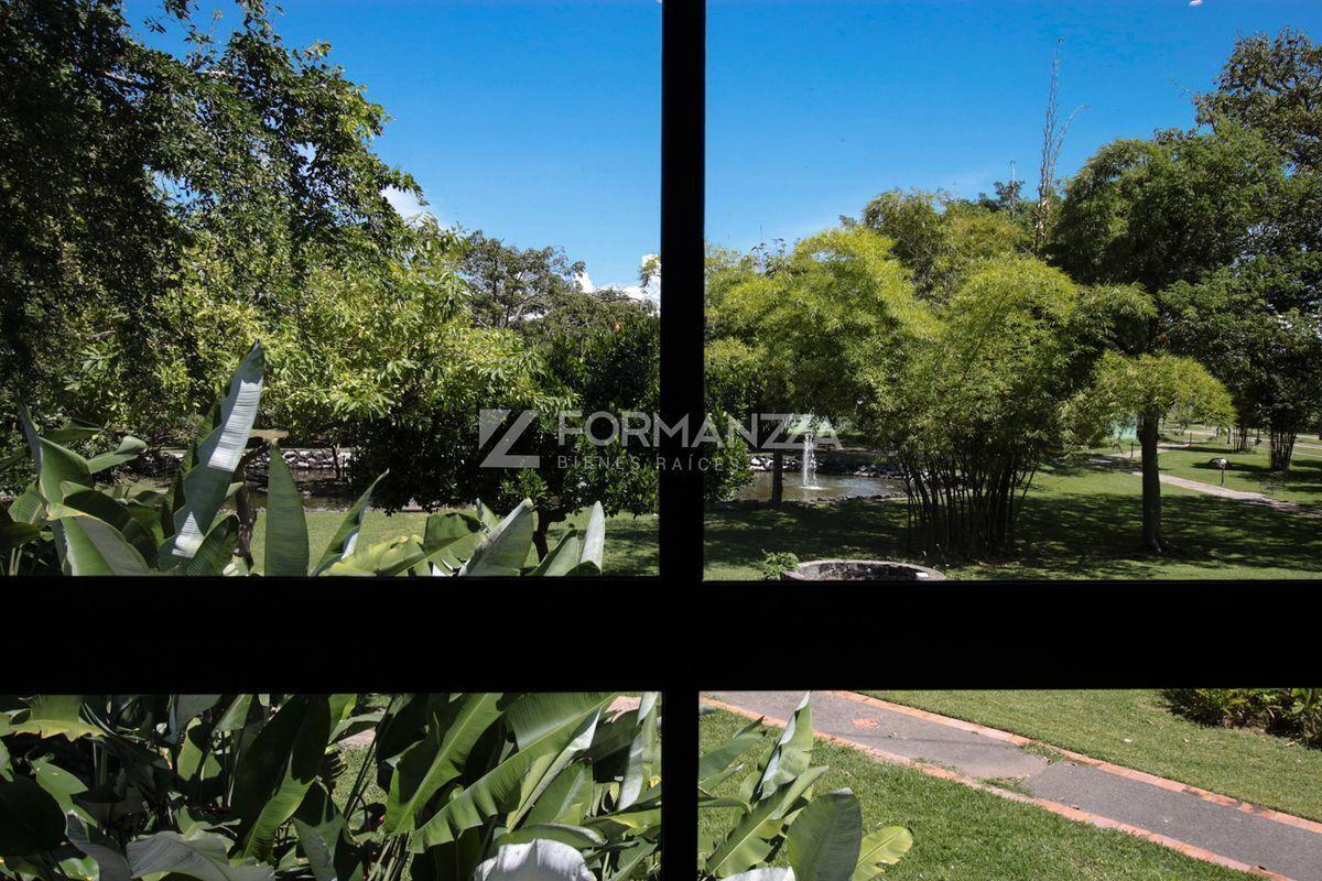18 de 35: Ventanal con vista a área verde en habitación principal.