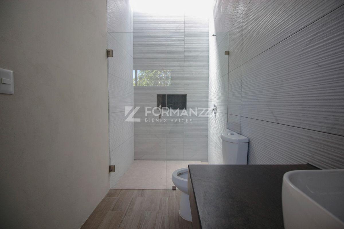 24 de 35: Baño exclusivo en habitación principal.