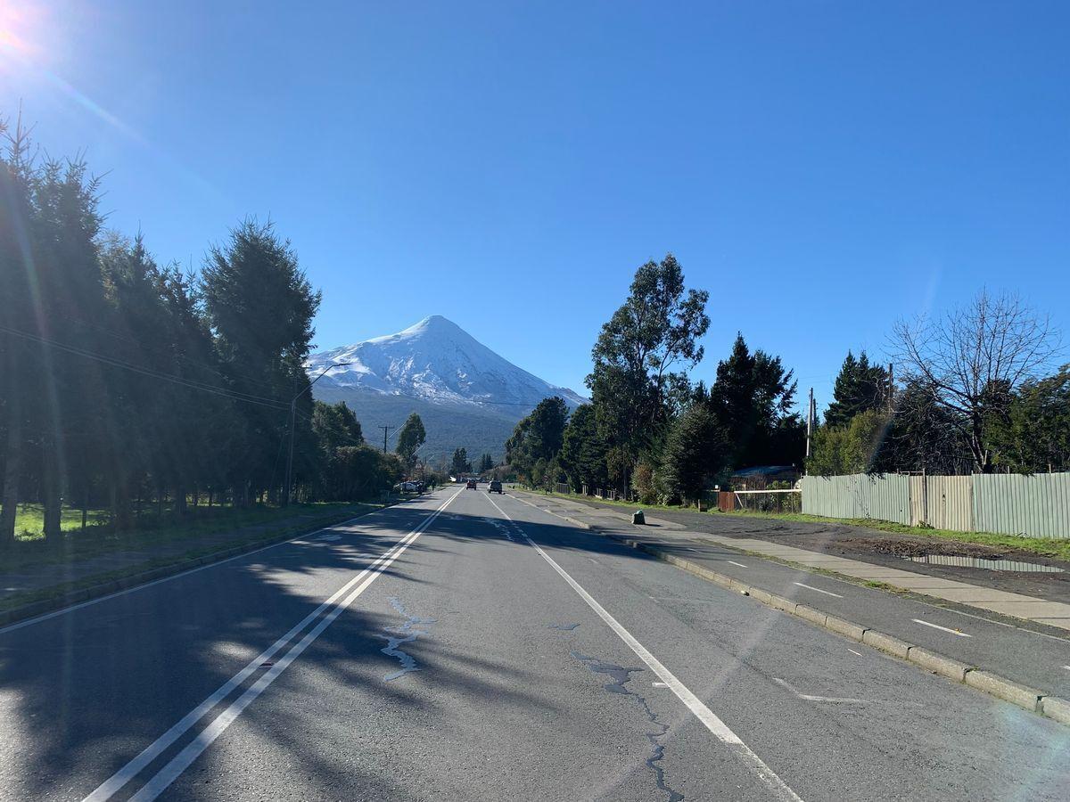 1 de 18: Vista del volcán Osorno desde la vereda del terreno