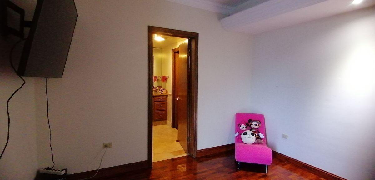 13 de 17: Dormitorio con baño principal y walking closet