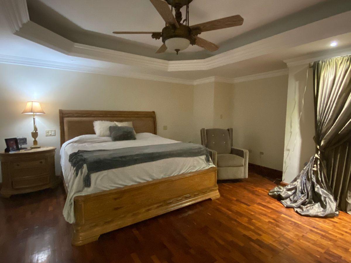 14 de 17: Dormitorio principal con baño completo y walking closet