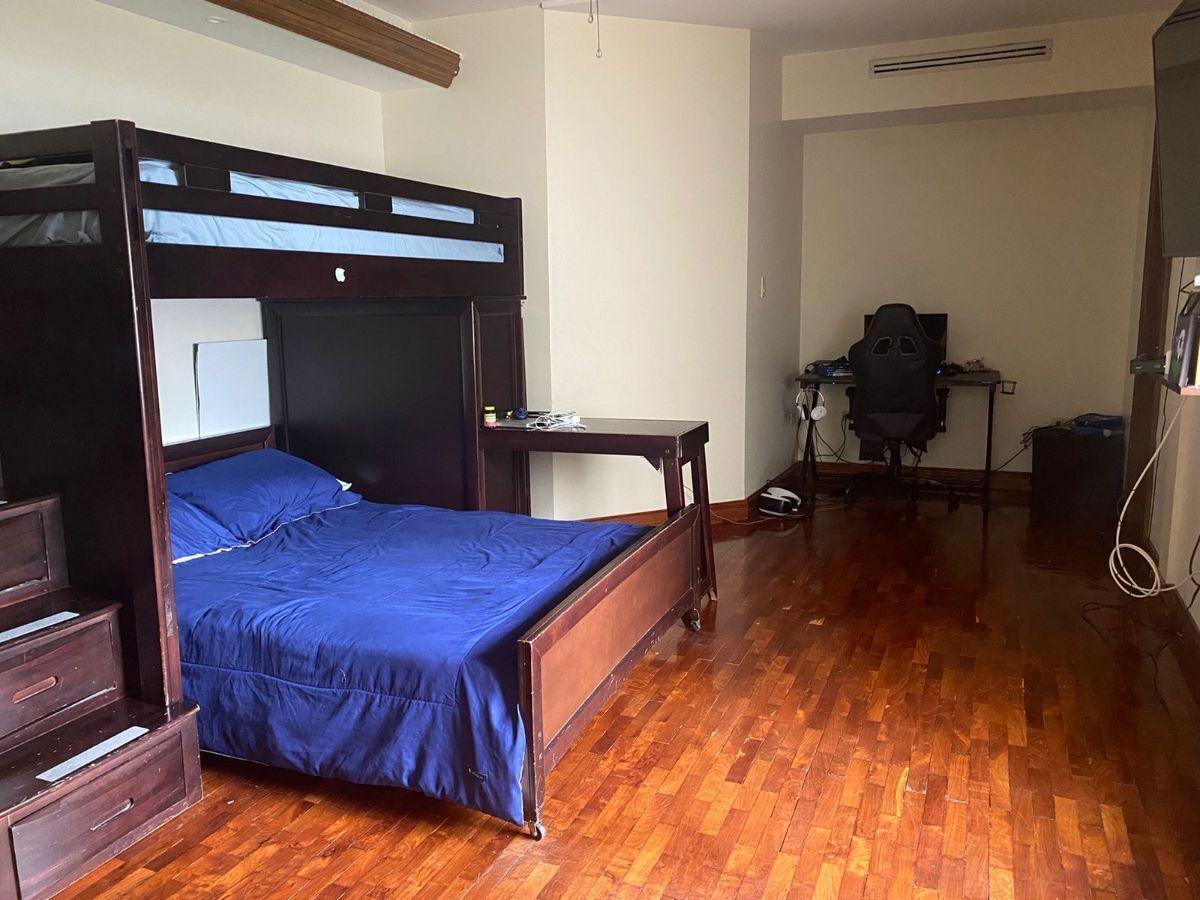 17 de 17: Dormitorio principal con baño completo y walking closet