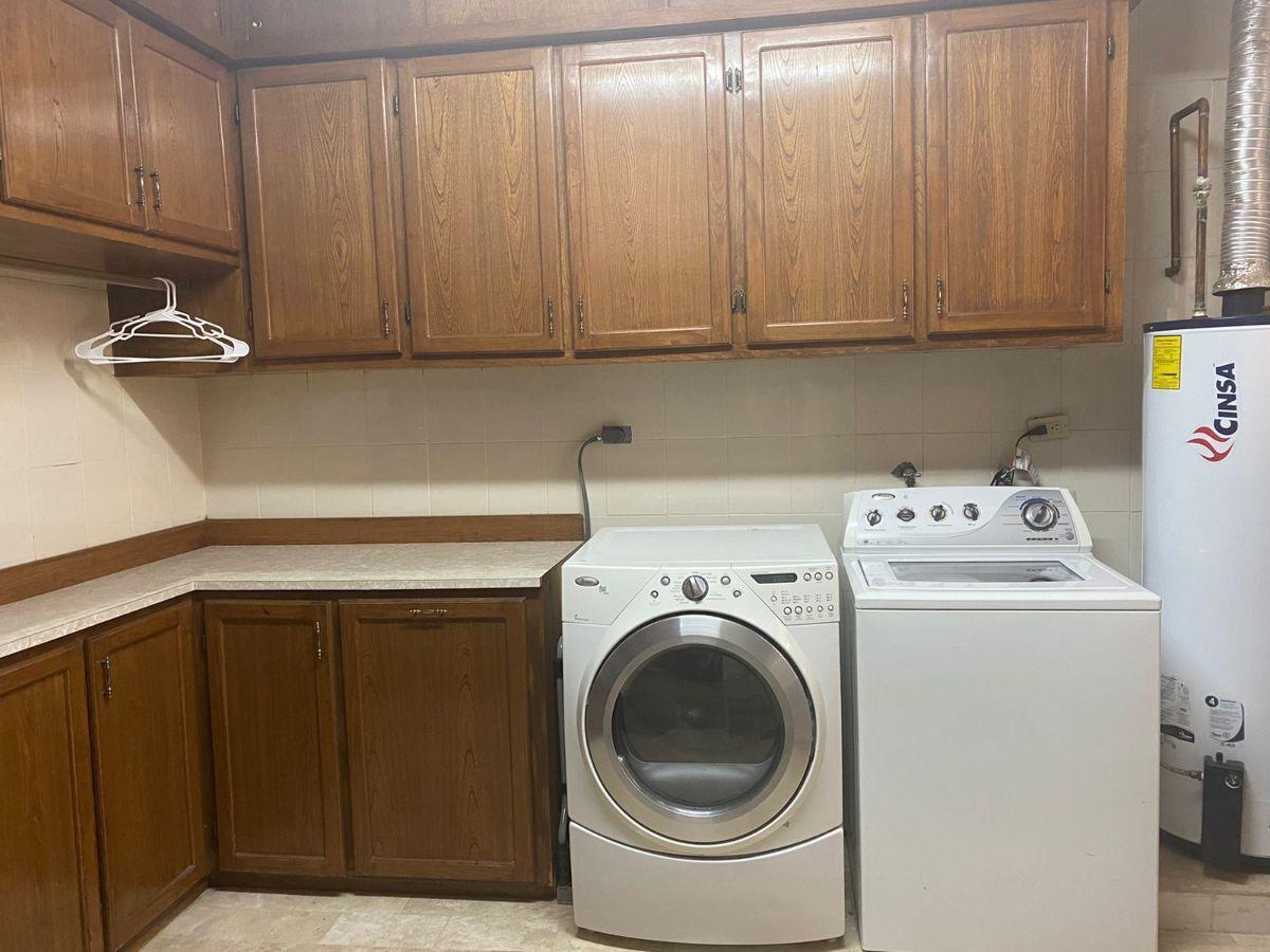 11 de 17: lavanderia con lavadora, secadora, boiler y gabinetes