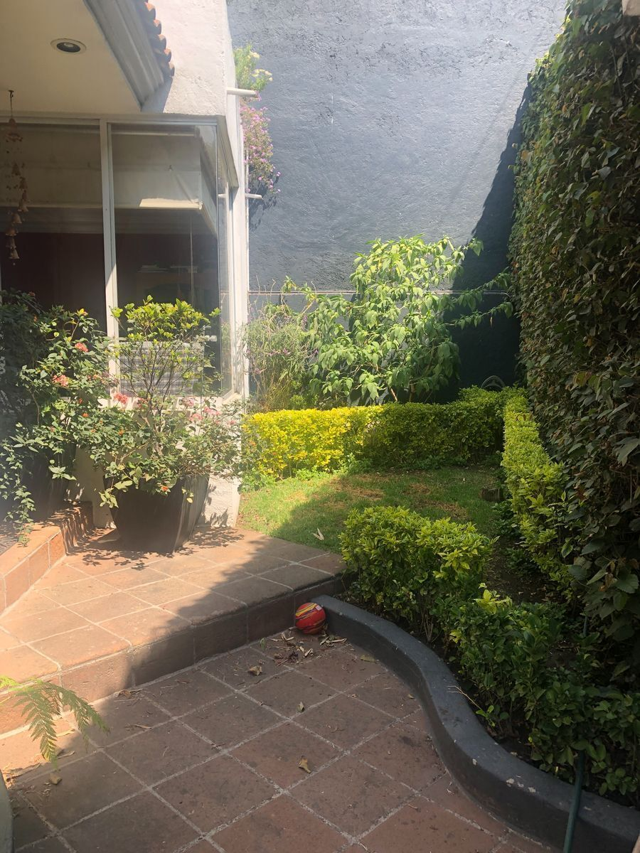 2 de 40: Jardín delantero Casa