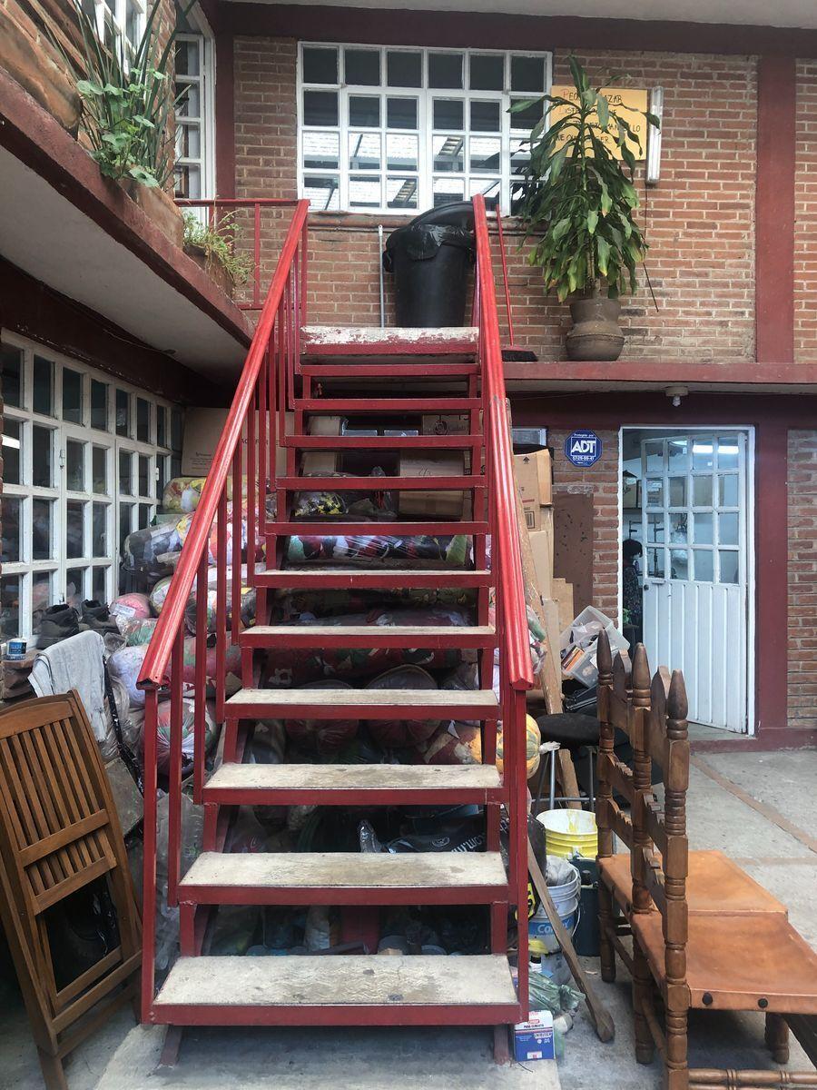 33 de 40: Escalera hacia 1er piso Edificio