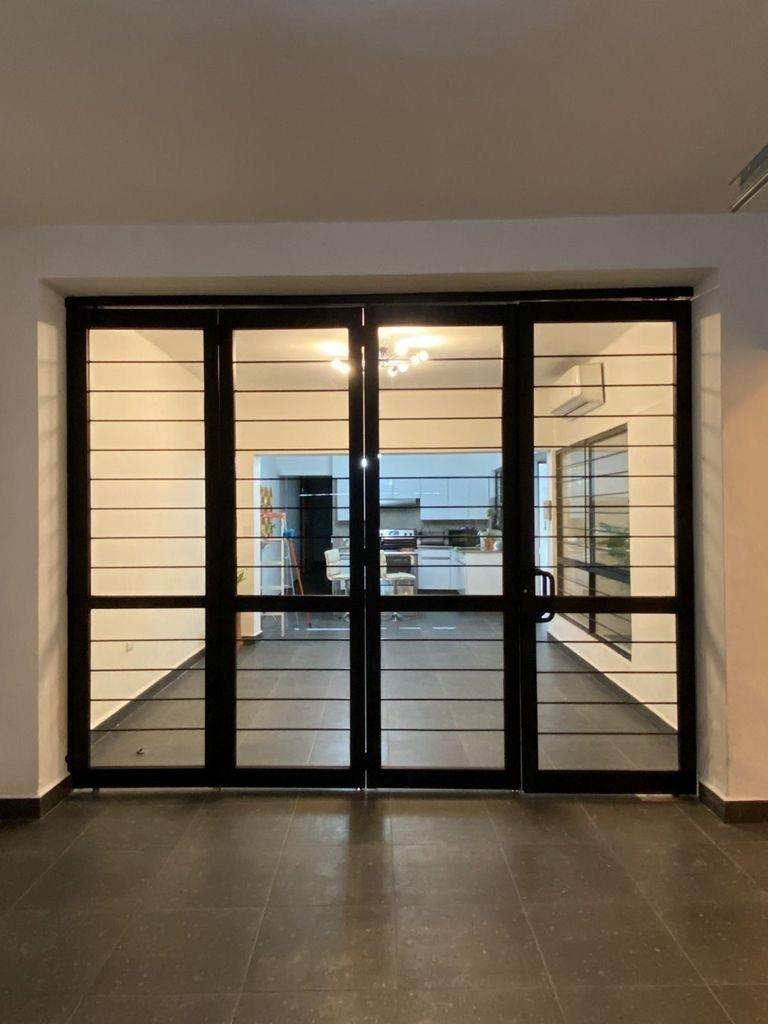 13 de 14: Cochera con puerta plegadiza que puede unir espacios.