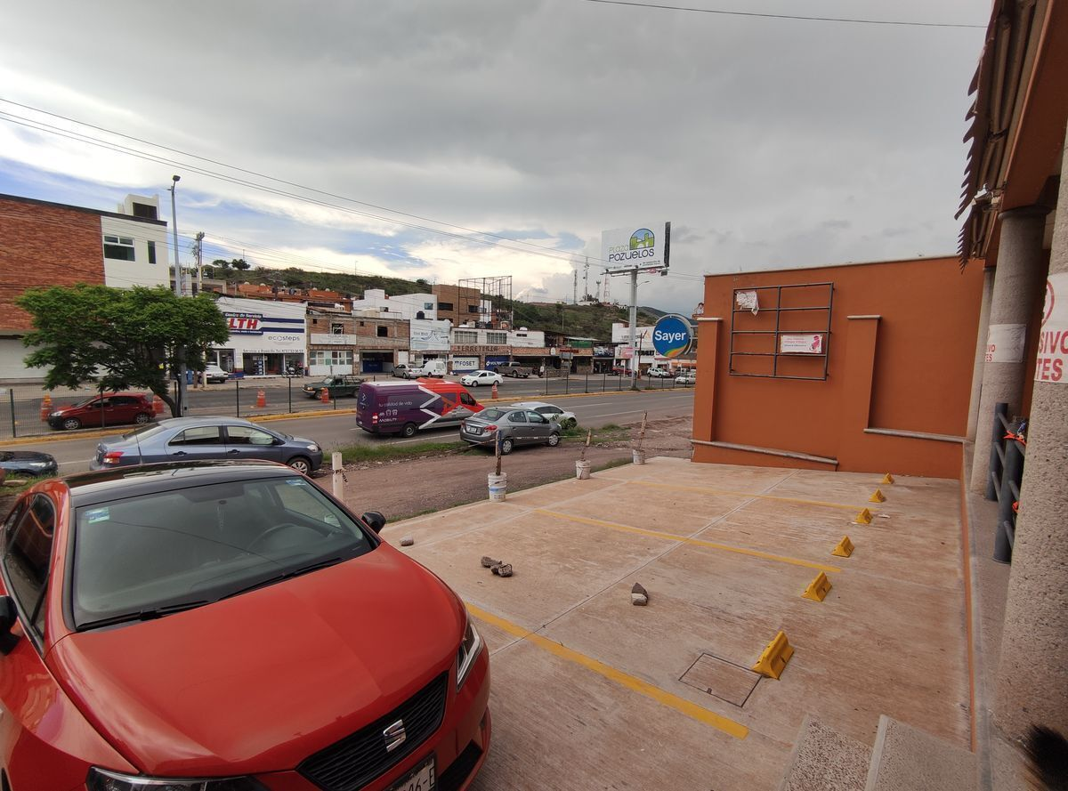 9 de 9: Vista desde el estacionamiento de la plaza.