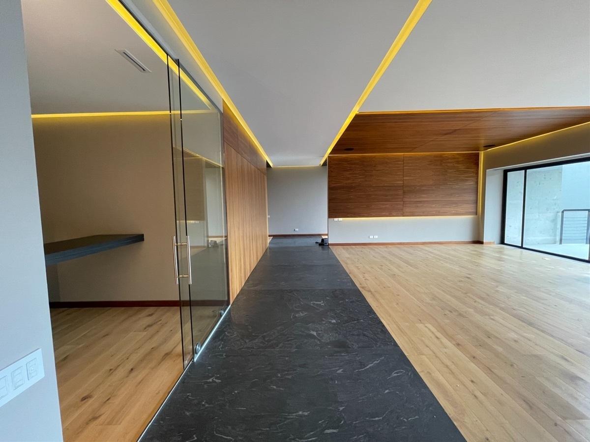 3 de 27: pasillo madera con granito