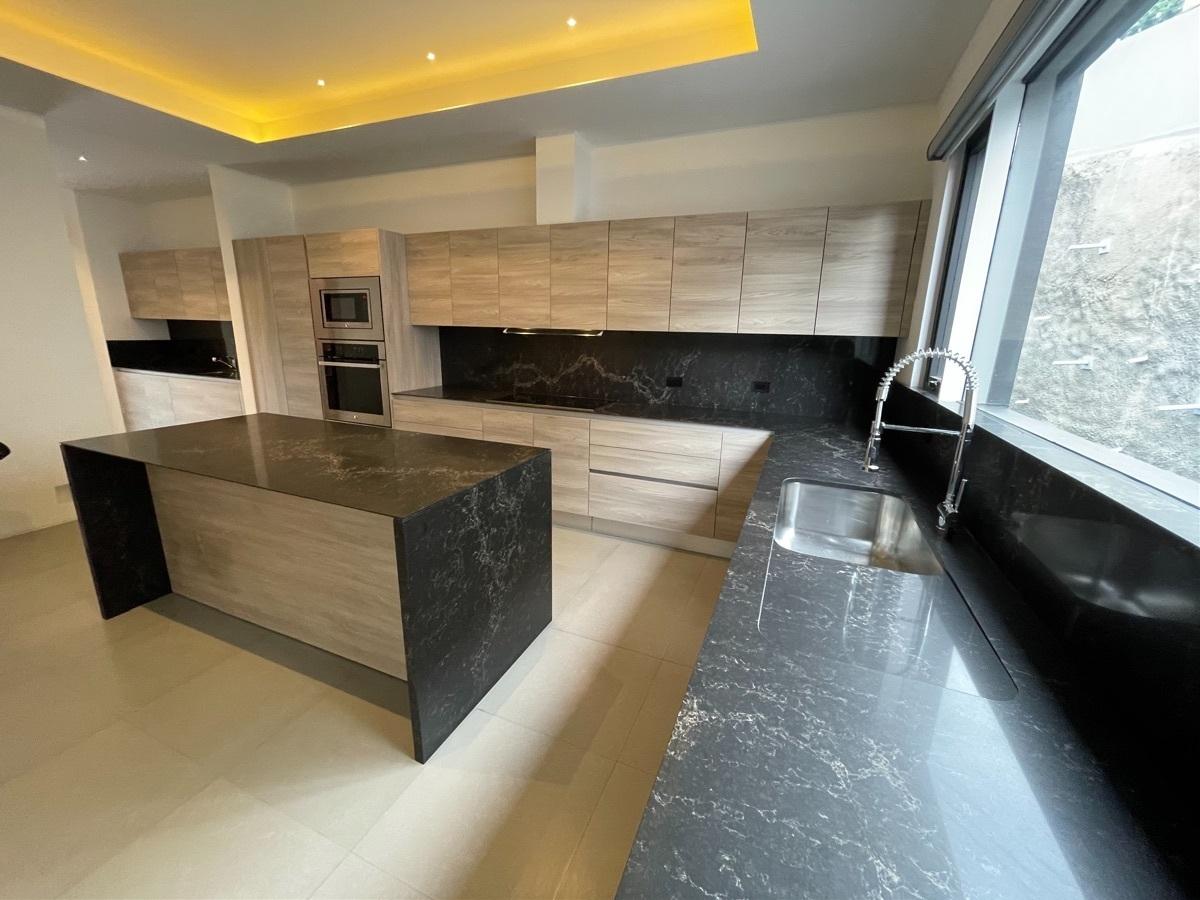 20 de 27: cocina equipada con cubierta de granito