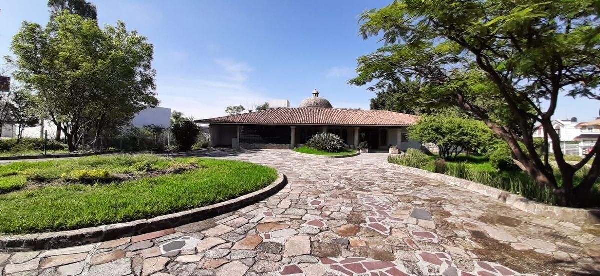 1 de 33: Amplia Entrada Principal  con camino Piedra  Laja de Cantera