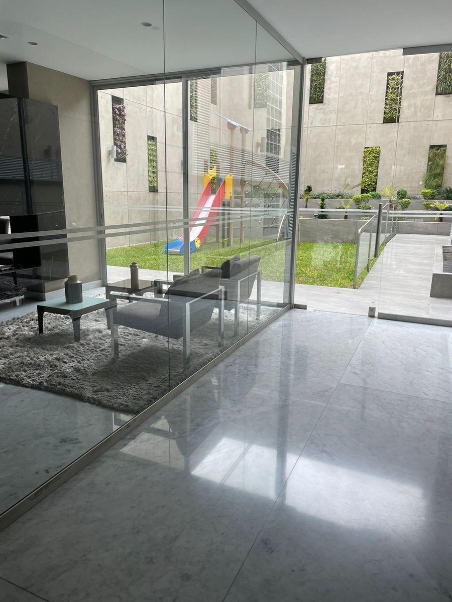 13 de 14: Lobby con sala y jardín