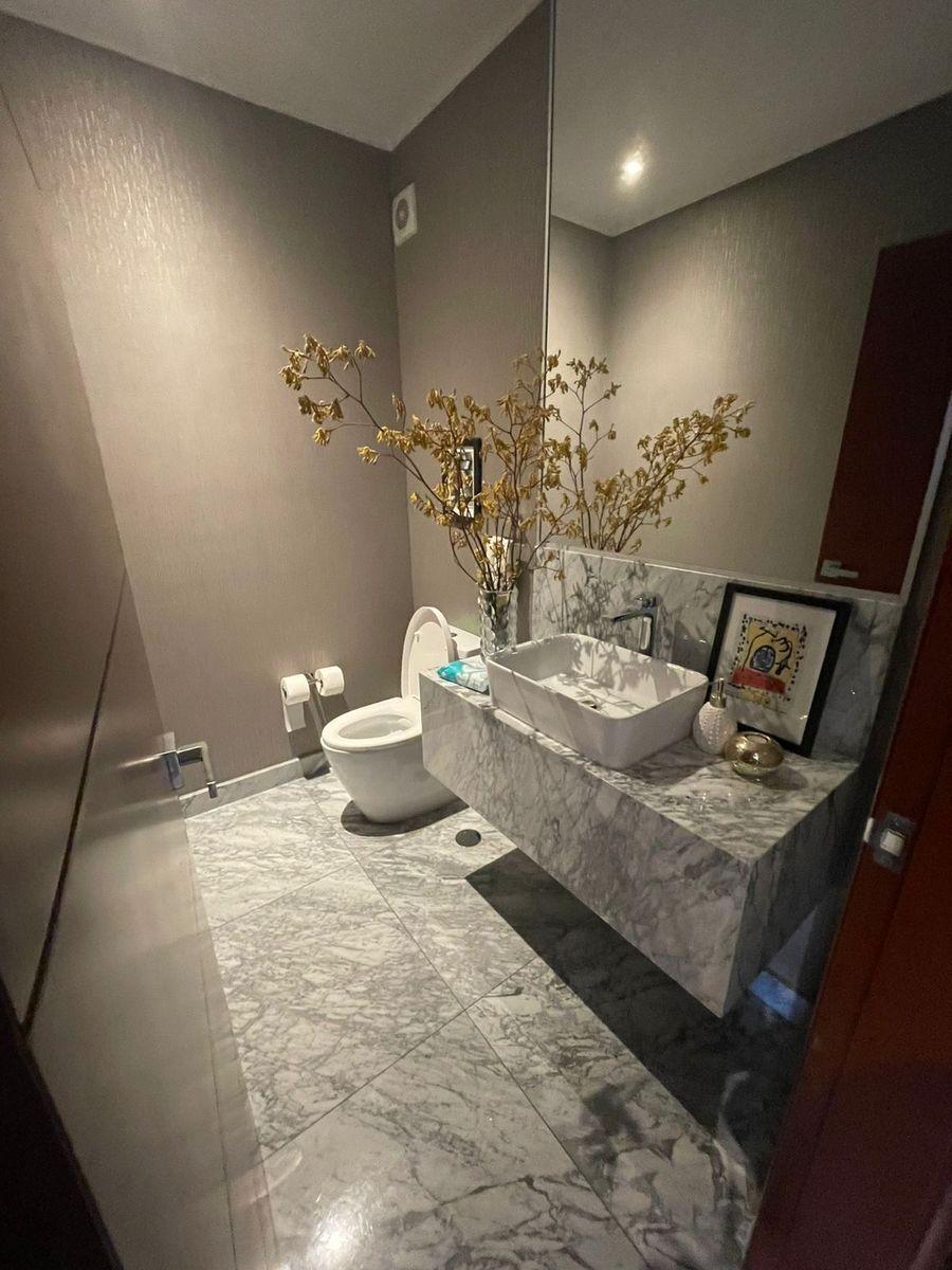 6 de 14: Baño de visita en mármol