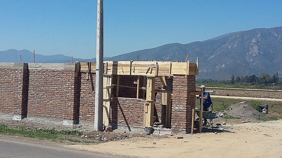 7 de 10: Portón y caseta de guardia en construcción.