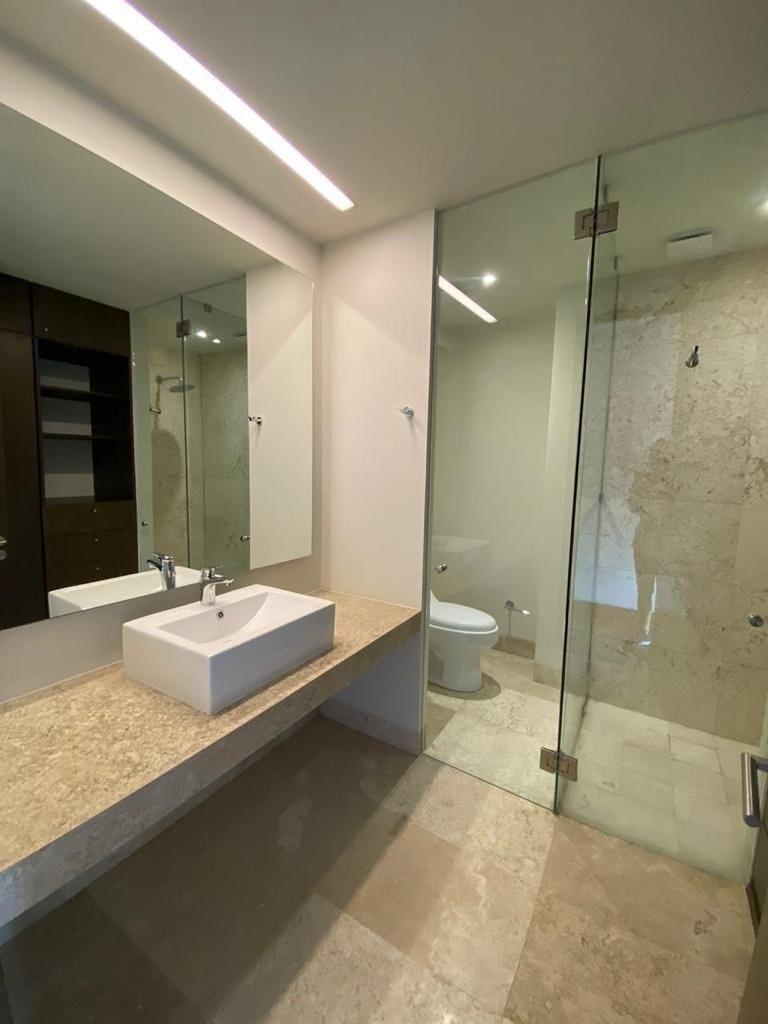 9 de 18: Baño con acabados en marmol