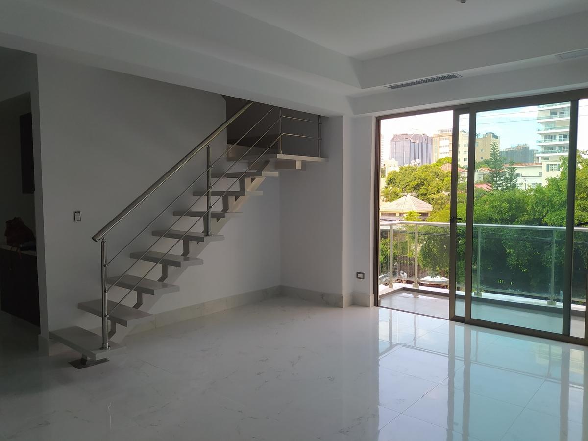 10 de 22: Sala balcón y escaleras