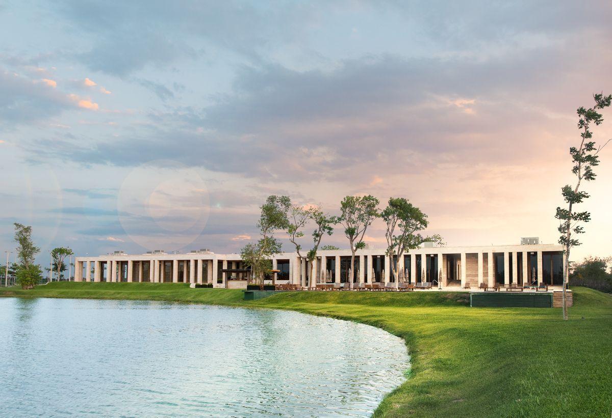 9 de 10: Lago central y Casa Club