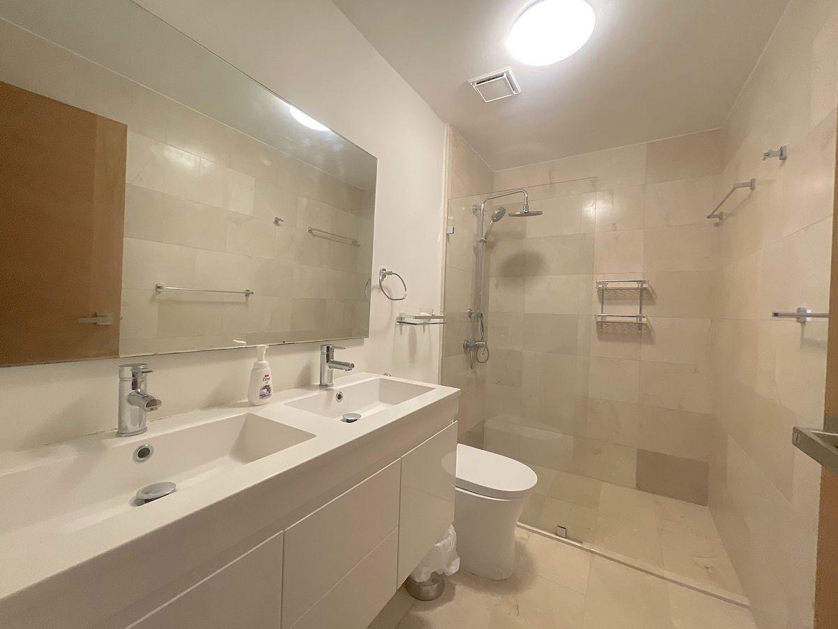 13 de 17: Baño principal revestido en mármol y 2ble lavamanos