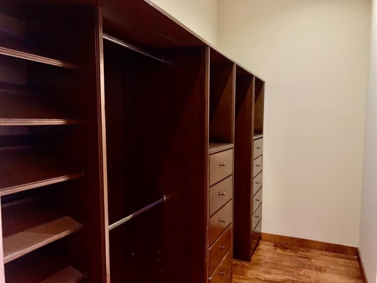 19 de 25: Walk-in closet 2da. Rec. Sec.