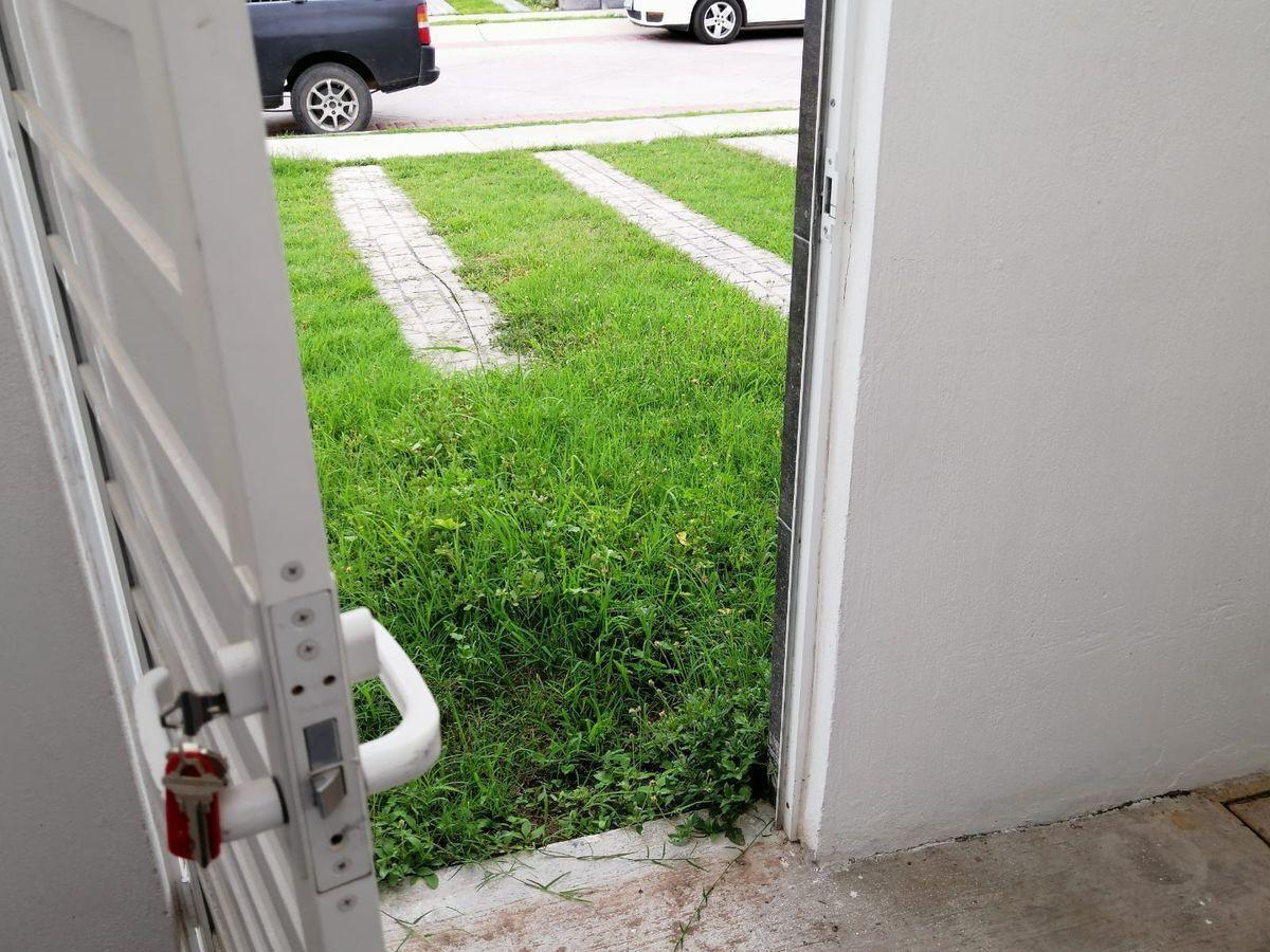 6 de 25: Puerta al exterior desde el patio de servicio