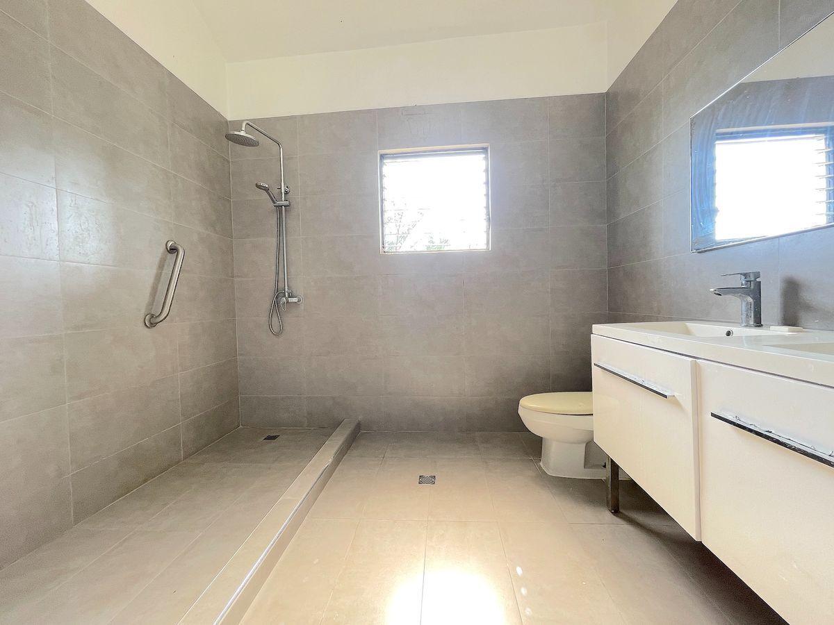 6 de 18: Amplio baño principal remodelado y con luz natural