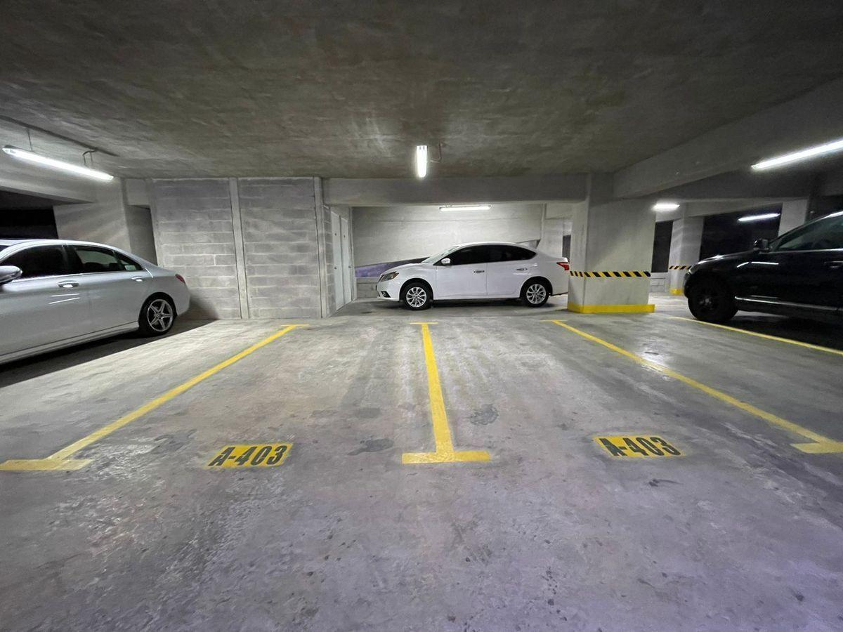 13 de 16: Estacionamiento techado e independientes
