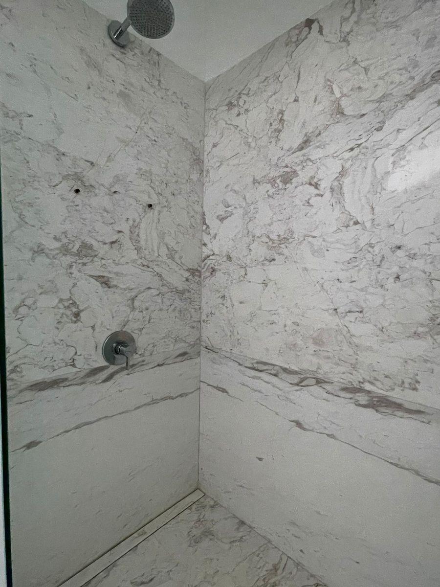 17 de 29: Baño revestido en mármol.