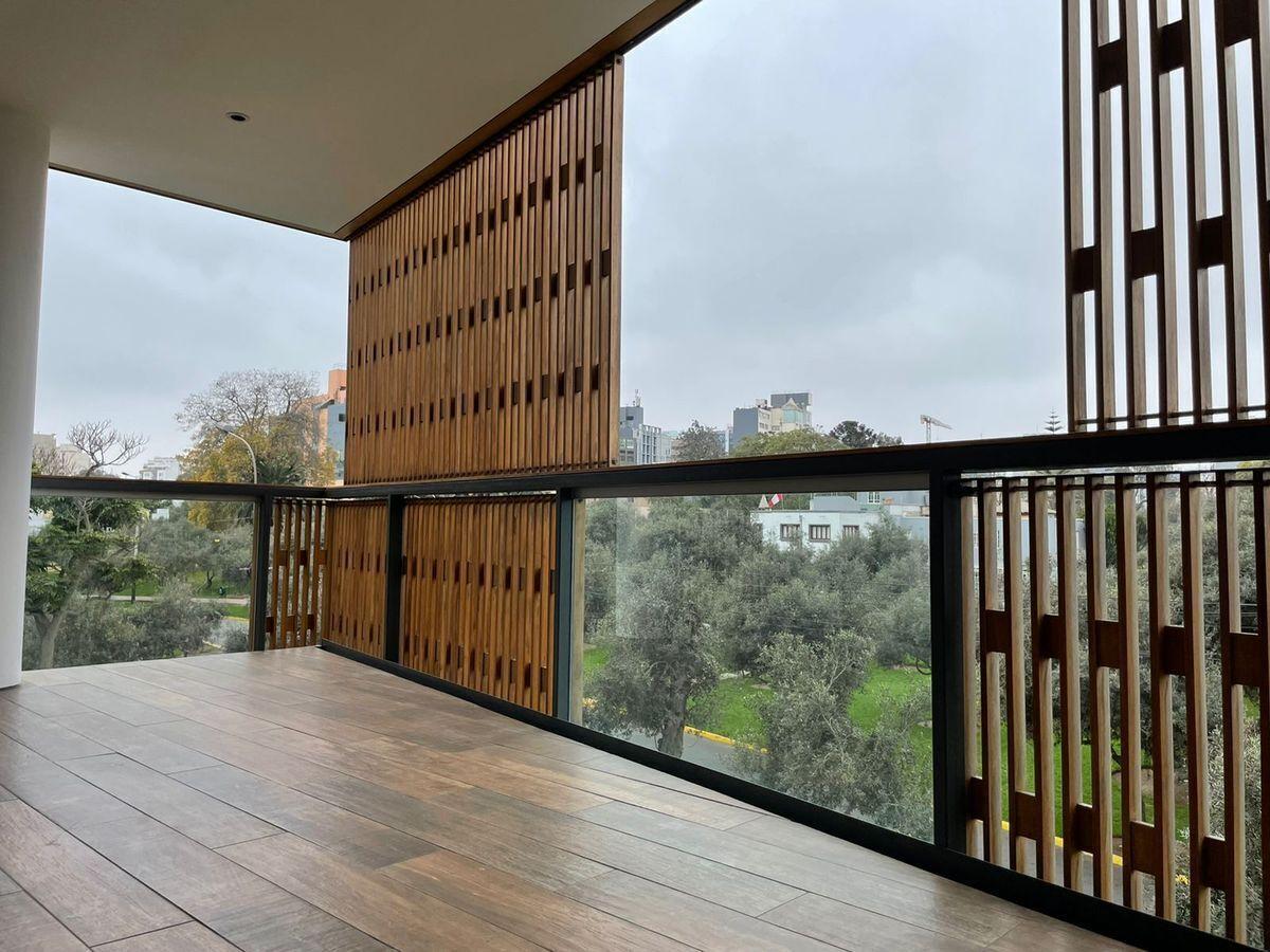 2 de 29: Terraza con persianas movibles.