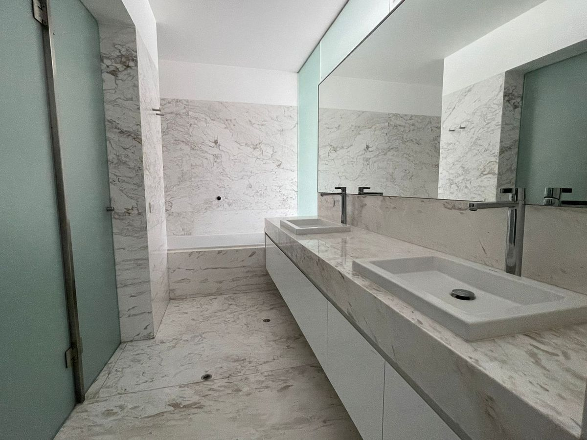 15 de 29: Baño principal con doble poza.
