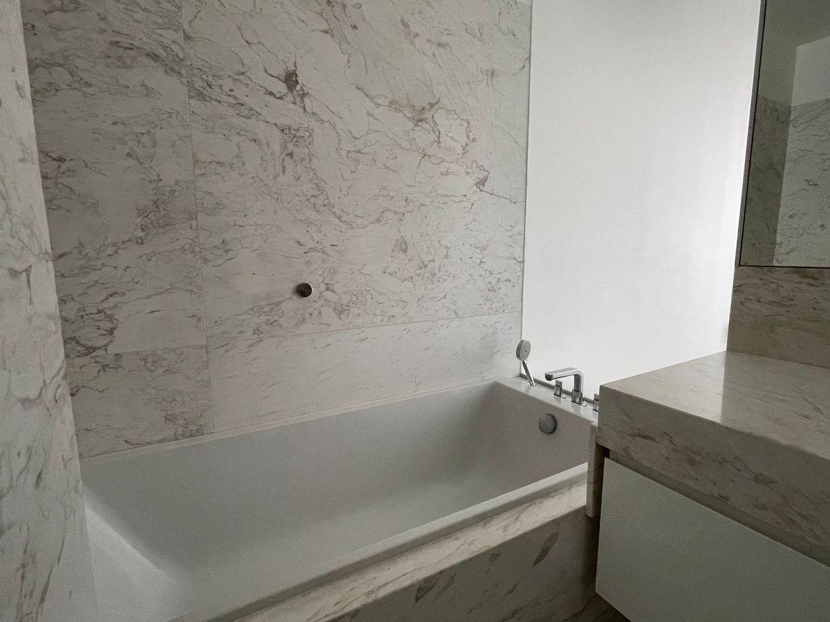 16 de 29: Baño con tina y ducha separada.