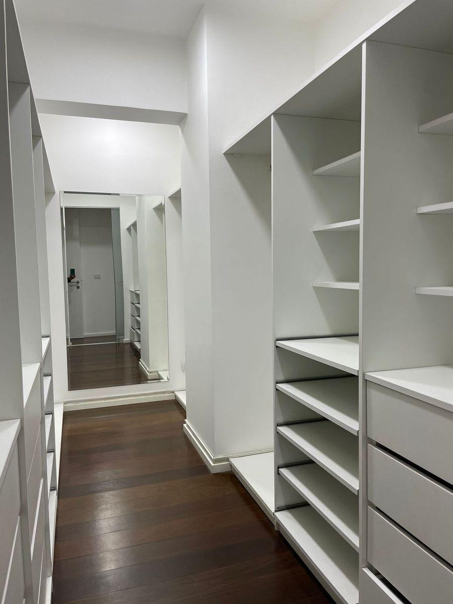 18 de 29: Walking closet dormitorio principal.