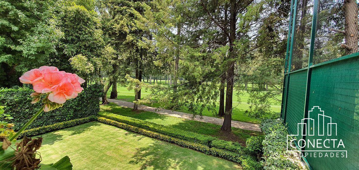 8 de 18: jardín colinda con campo de golf
