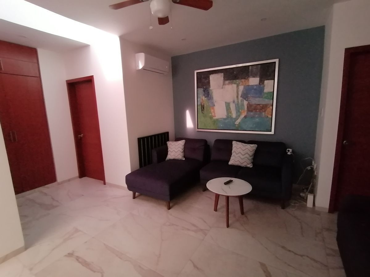 7 de 18: Amplio vestíbulo en dónde se puede colocar un sofá y tele