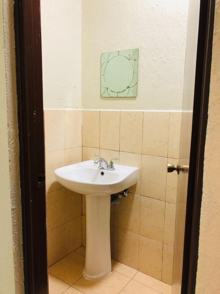 11 de 11: lavamanos y espejo
