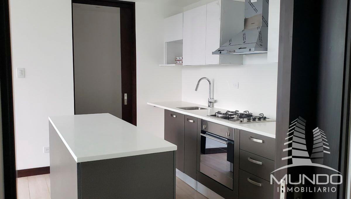 9 de 14: Vista de la cocina con estufa y una isla