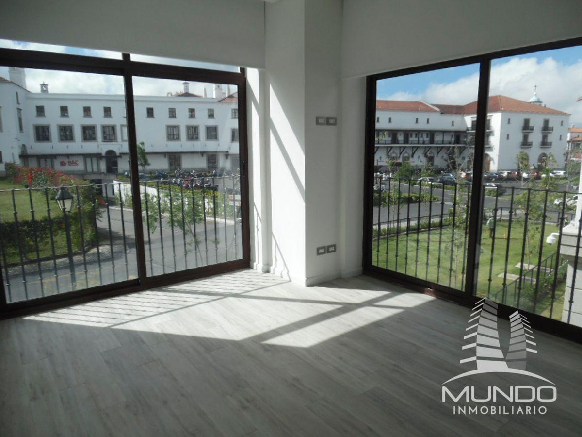 3 de 13: Amplios ambientes y ventanales de piso a techo