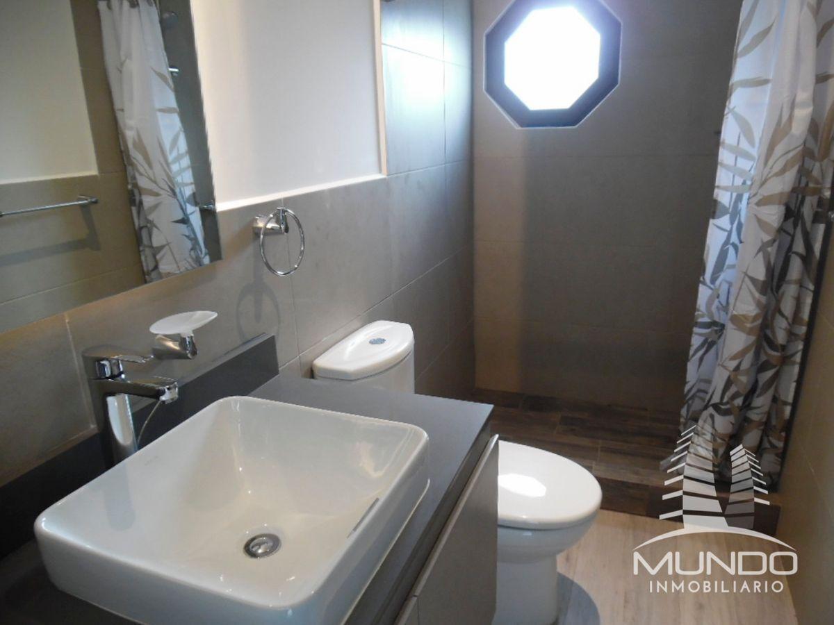 6 de 13: Baño con muebles y espejos, iluminación natural