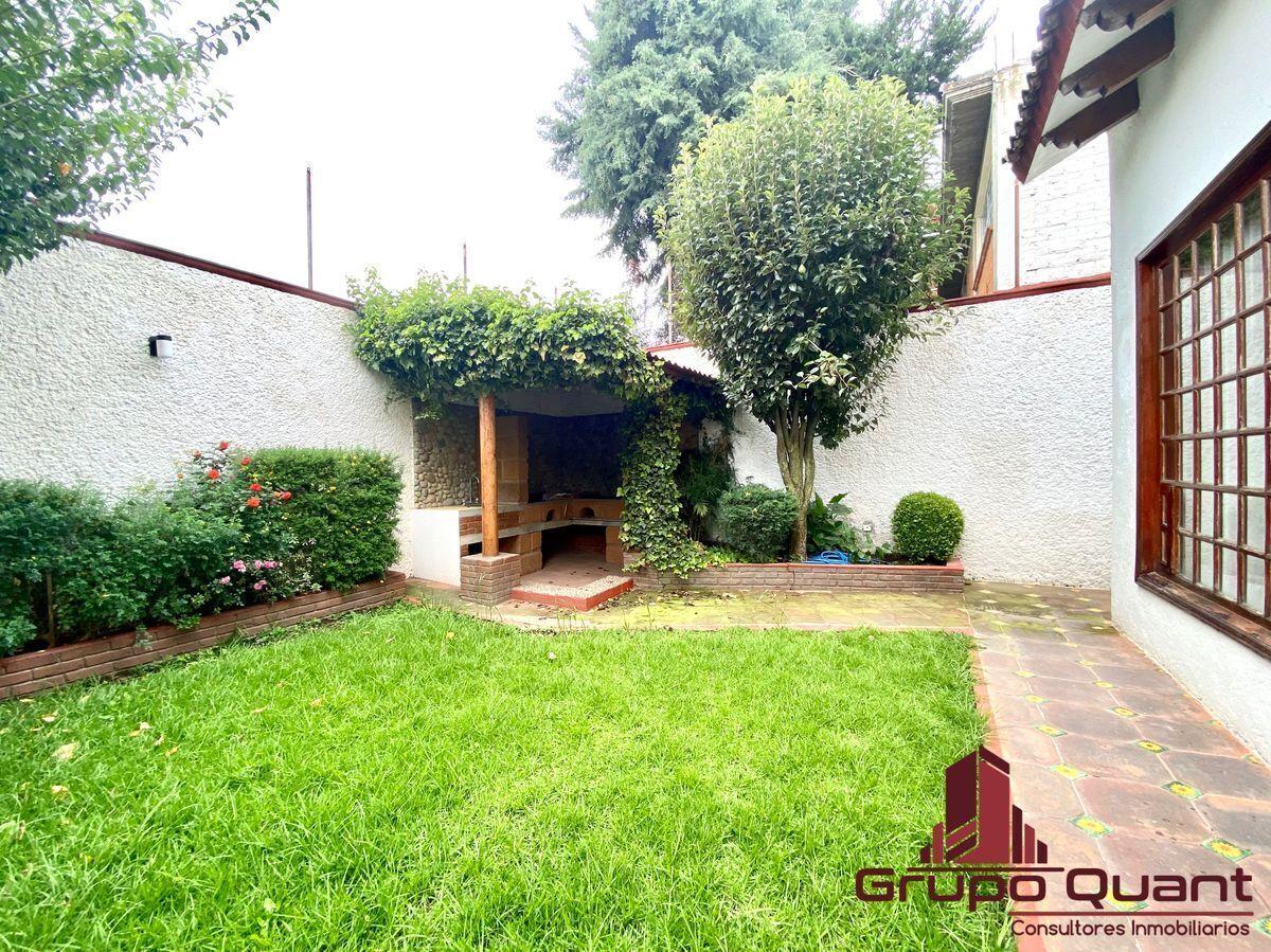 42 de 50: Jardín con asador y tarja.