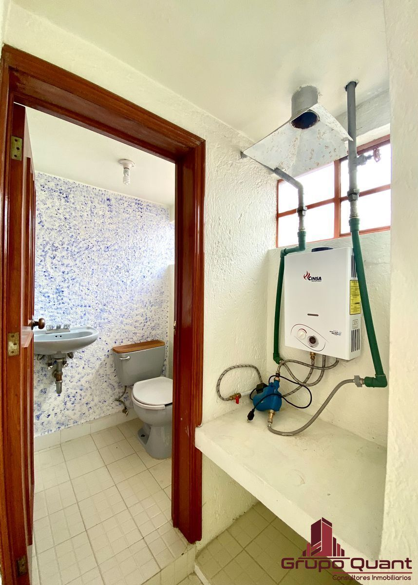 38 de 50: Medio baño del área de lavado.