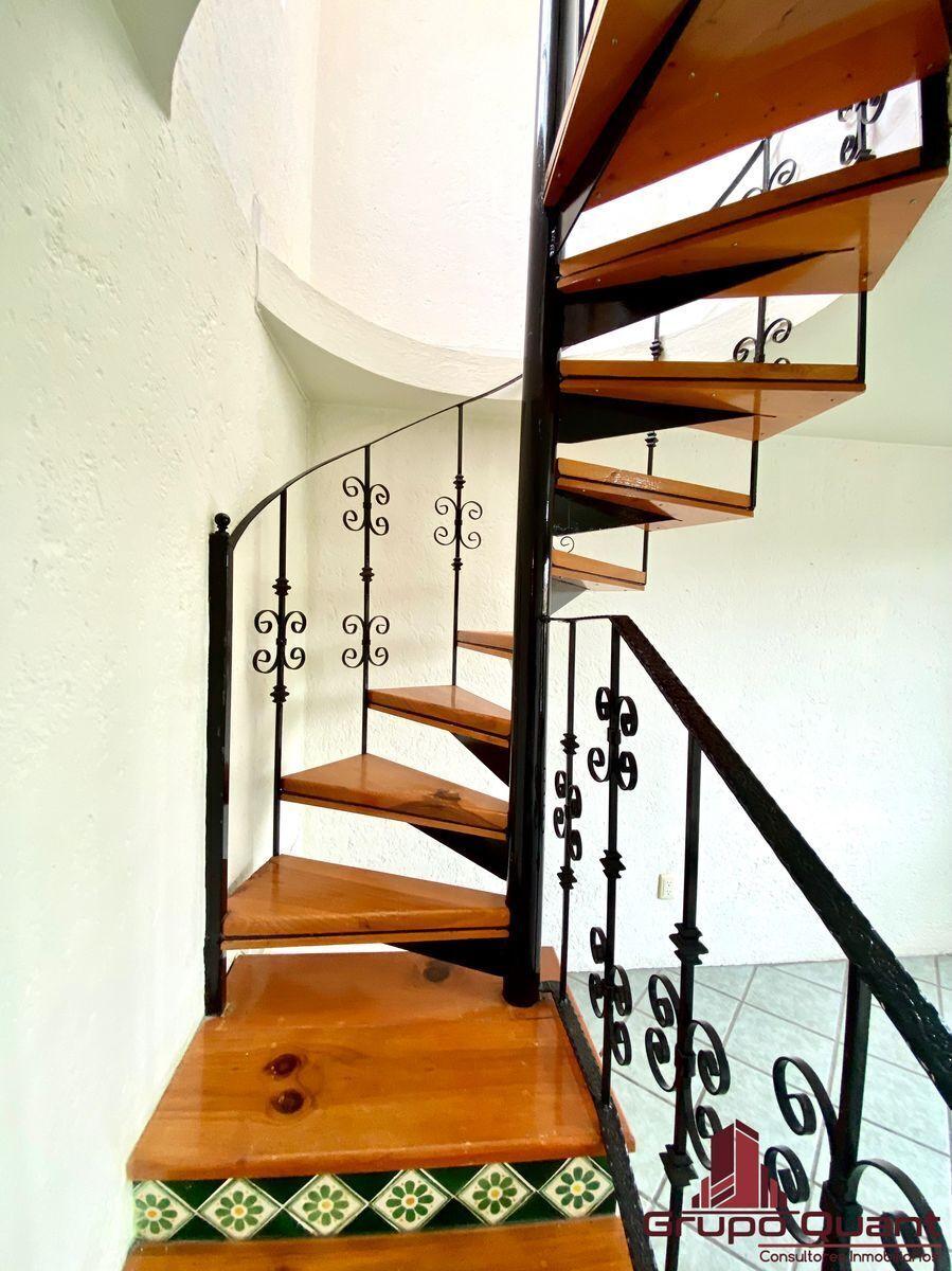 34 de 50: Escalera a segundo nivel.