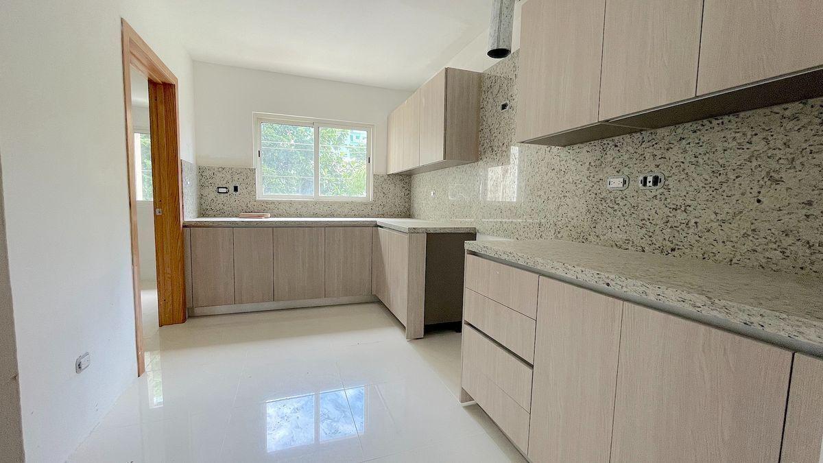 11 de 15: Cocina modular con buena iluminación y tope de granito