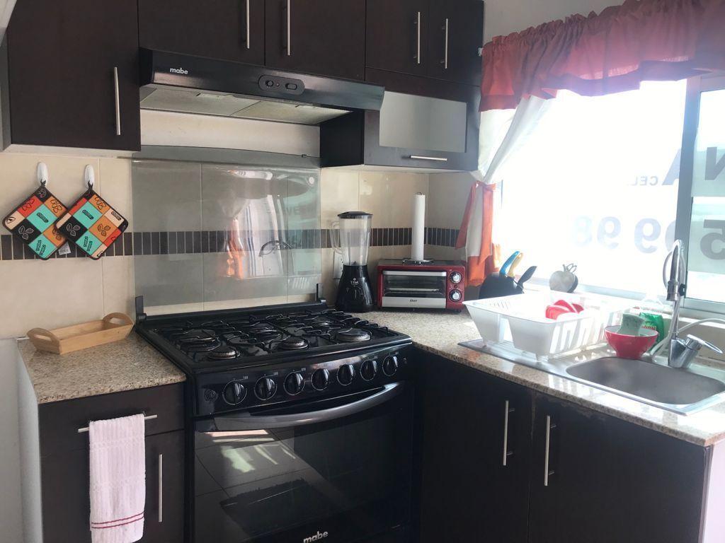 13 de 29: Cocina con horno, tostador, vajilla, utencilios.