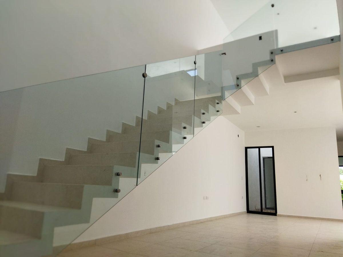 2 de 20: Escalera y Sala
