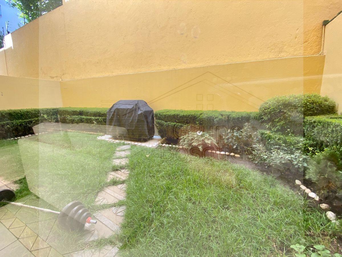 8 de 33: Jardín privado con área para asador.