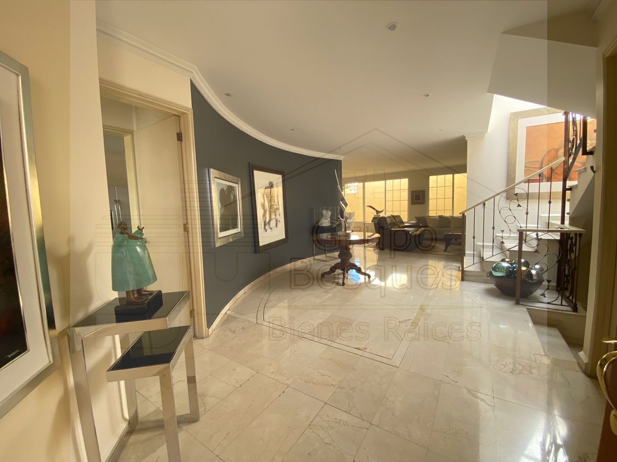 1 de 33: Hermoso y amplio recibidor con piso de mármol importado.
