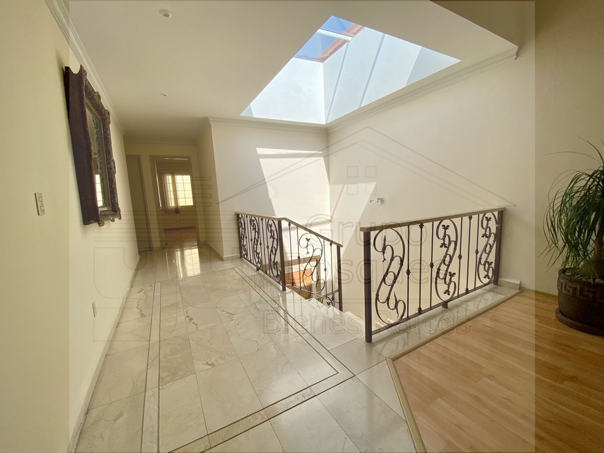 13 de 33: Escaleras y área de recámaras de estudio, planta alta.