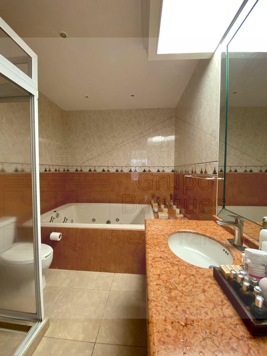 16 de 33: Baño principal con jacuzzi.