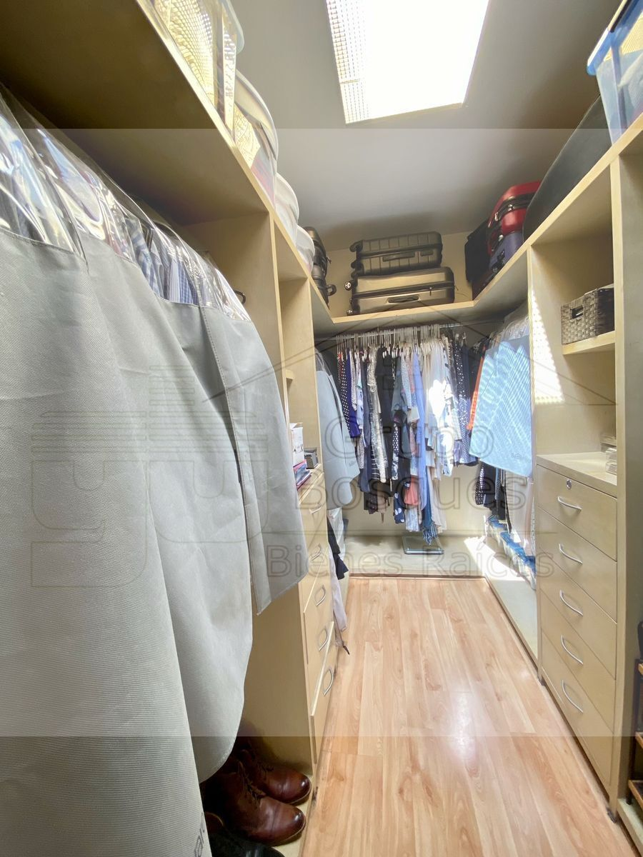 17 de 33: Walking closet.